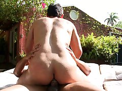 Men outdoor piss clip