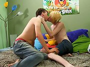 Twinks swallowing piss and dad cums on twink ass